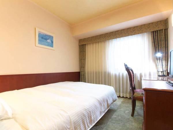【シングルルーム/例】140cm幅のダブルサイズベッドとデュベスタイルの羽毛布団を採用