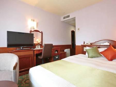 【ダブルルーム/例】180cmと幅広のベッドを設置した18㎡のお部屋