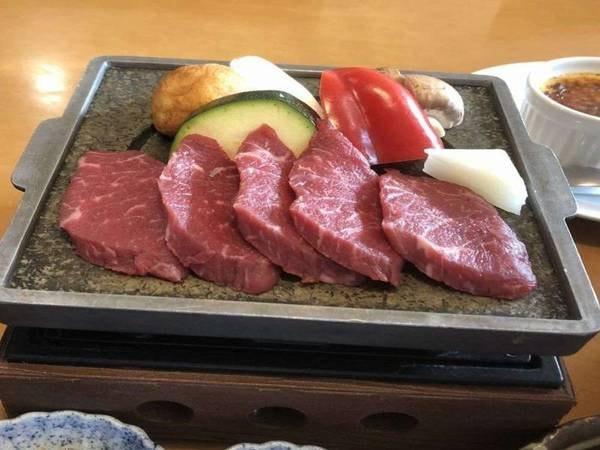 お肉本来の味を楽しめるよう石板焼きでご提供/写真一例