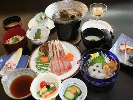 ズワイガニしゃぶしゃぶを味わえる海鮮和会席膳(写真一例)