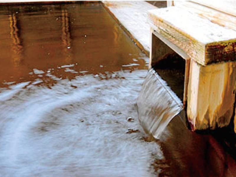 【屋上檜露天風呂】源泉100%かけ流しの湯が注ぐ、檜造りの贅沢な露天風呂