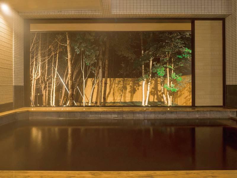 【露天風呂】夜はライトアップされて、幻想的な雰囲気に