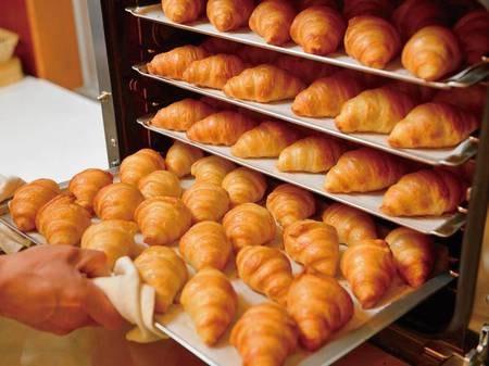 【朝食バイキング/例】朝食で出されるパンは、毎日ホテルで焼き上げています!