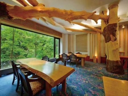 【食事処きらく】やちはんの木を使った落ち着きのあるレストラン