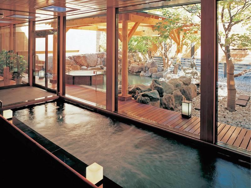 【大浴場/もみじ湯】日本庭園をおもわせる露天風呂が特徴的