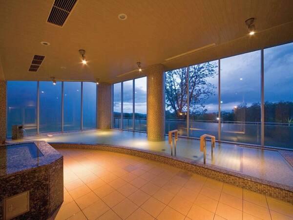 【大浴場「紫彩の湯」】夜にはふんわりライティングされる癒しの空間へ