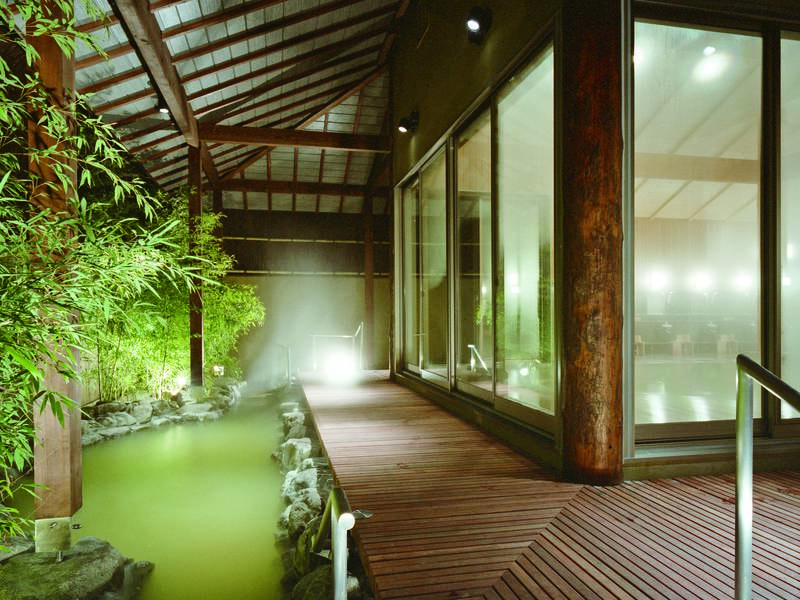 【「灯心の湯」露天風呂】竹の庭を望みながら湯浴み