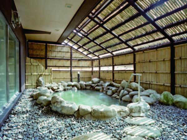 【「清水の湯」露天風呂】北海道の御影石を用いた湯殿