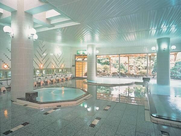 【清涼の湯・大浴場】御影石を使用した大浴場。4種の浴槽が楽しめる