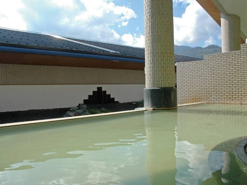 【露天風呂】塩分や炭酸ガスが豊富な温泉でゆったり♪