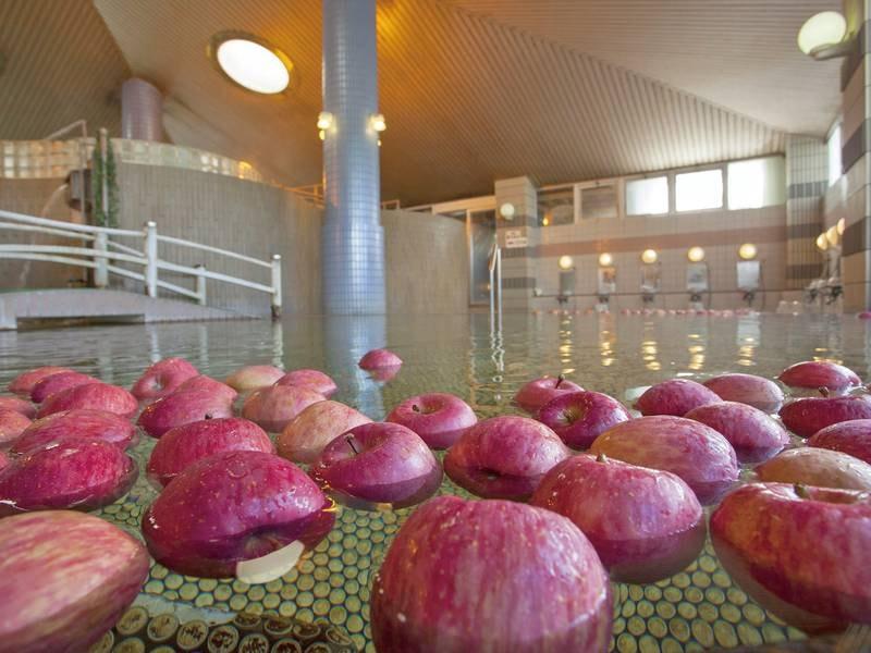 【苹果(ひょうか)の湯】露天やサウナ打たせ湯などもある。はりんごの甘酸っぱい香りと成分が、心もお肌も綺麗にしてくれます。りんごの3大成分、リンゴ酸には保湿作用があり、リノール酸は血行の促進を促します