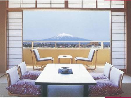 【花館/和室例]】広々とした和室でゆったりお寛ぎいただけます。 西側は津軽富士岩木山、東側は八甲田連峰と津軽平野が眺望でき、秋には赤々と実ったりんご畑を見渡すことも可能です。