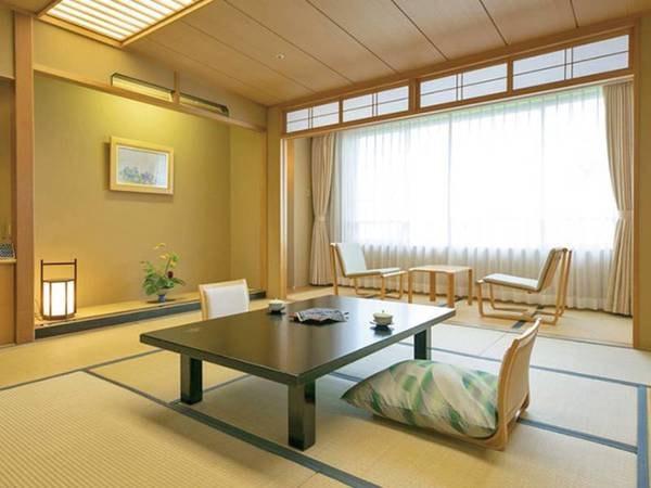 【花館 /和室一例】広々とした和室でゆったりお寛ぎいただけます。 西側は津軽富士岩木山、東側は八甲田連峰と津軽平野が眺望でき、秋には赤々と実ったりんご畑を見渡すことも可能です。