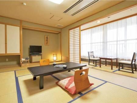 【東館和室/一例】広い窓の南側からは平川の街並みが一望できます。また、北側には広大な津軽平野が広がります。