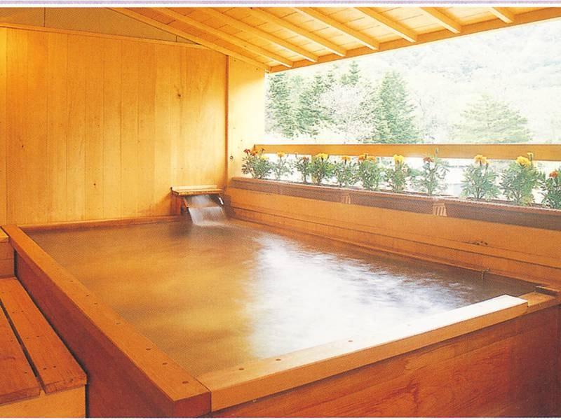 【展望露天風呂】樹林越しに雄大な十和田湖や山々を望む気持ちのいい露天風呂