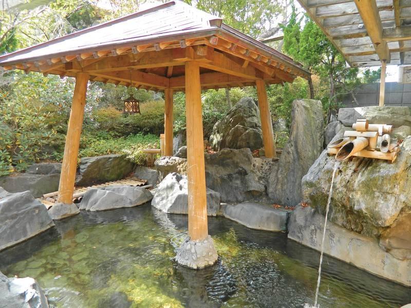 【露天風呂】趣あふれる日本庭園とかけ流し温泉を楽しむ