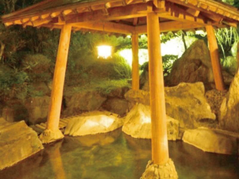 【露天風呂(夜)】月を愛でながら、湯ったり露天に浸かる贅