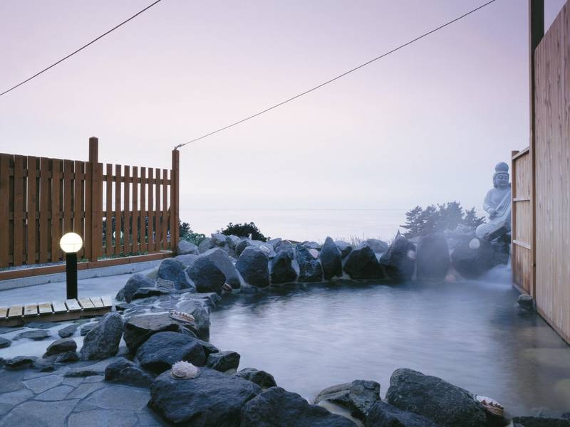 【弁財天の湯(露天風呂)】雄大な日本海を眺めながらの寛ぎのひととき