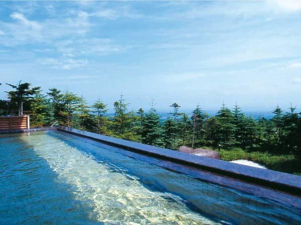 【ロックウッド・ホテル&スパ】雄大な津軽平野と日本海を一望!岩木山から湧き出るミネラルを多く含む温泉を堪能できる高原の本格リゾートホテル。ライブ調理でお客様をおもてなしする種類豊富なバイキングや絶景を眺めながら頂くコース料理も好評