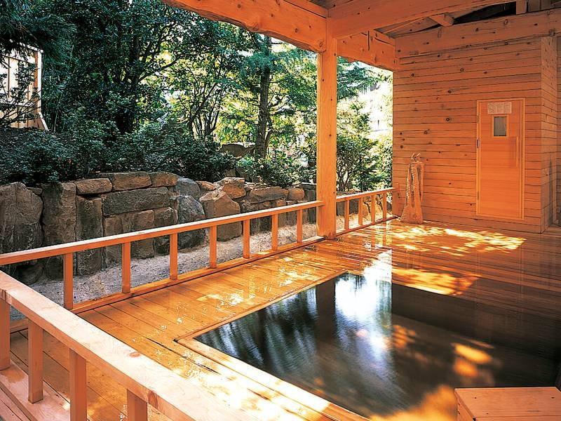 【露天風呂】総ヒバ造りの浴槽で庭園を眺めてくつろぐ