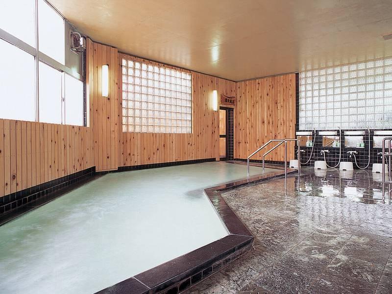 【大浴場】湯量豊富な自家源泉かけ流しの湯をご堪能下さい