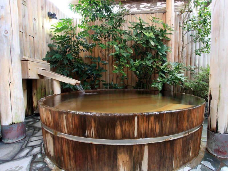 【樽型の露天風呂】趣の異なる湯舟にて、プチ湯めぐりをお楽しみ下さい。