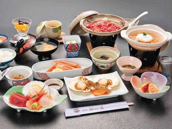 【ずわい蟹付き和食膳/例】旨味たっぷりのずわい蟹と旬の味覚。料理長手作りのお料理をたっぷりとお召し上がりください。大広間でのお食事となります。