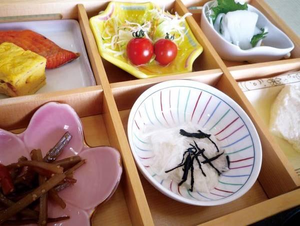 【ご朝食/一例】旅館の定番!栄養バランスの取れた和食膳をお召し上がり頂きます