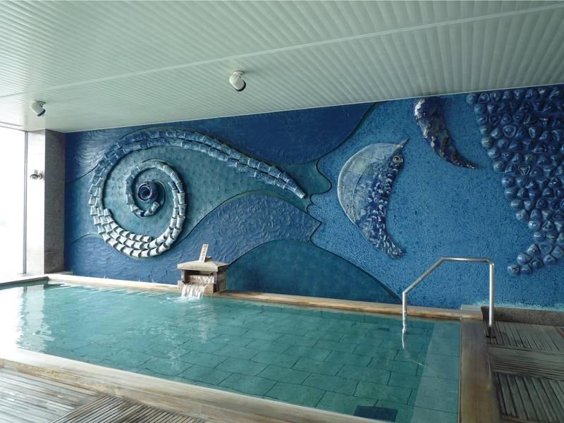 【最上階展望浴場(女性)】むつ湾をテーマにした陶器を壁面に描いた女性用大浴場「うみ」