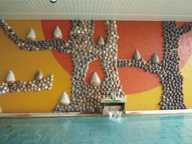 【最上階展望浴場(男性)】湯の島に住む小鳥たちをテーマにした陶器を壁画に描いた男性用大浴場「ゆのしま」
