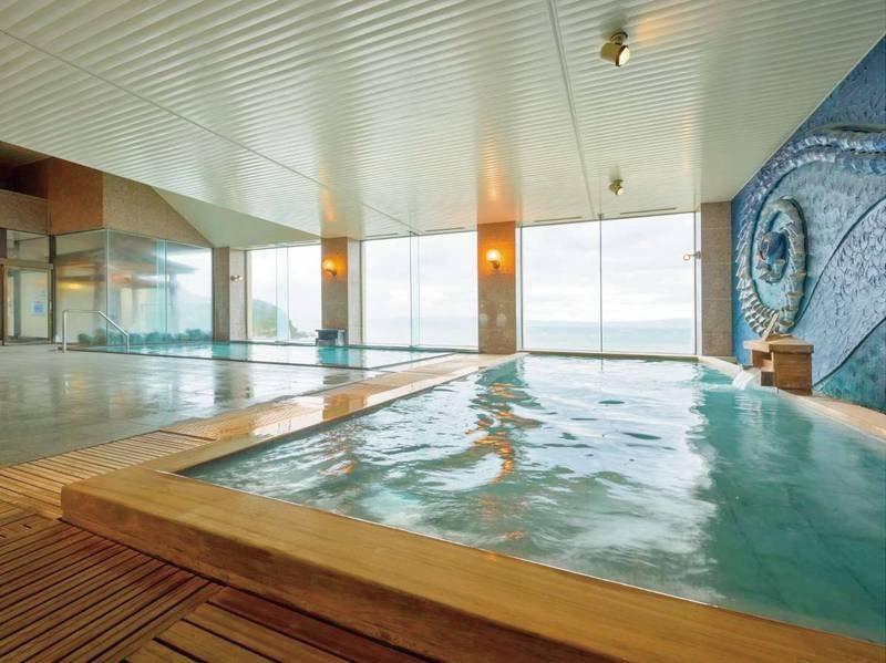 【最上階展望大浴場】眼下に海と島を眺めながら堪能する温泉は美肌効果があるといわれるすぐれた泉質です