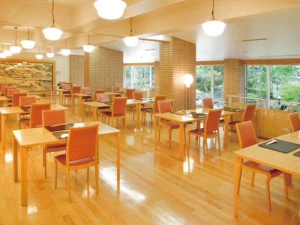【お食事会場】明るく、清潔感のある落ち着いたお食事会場。美味しいお食事で、お話も弾みます。