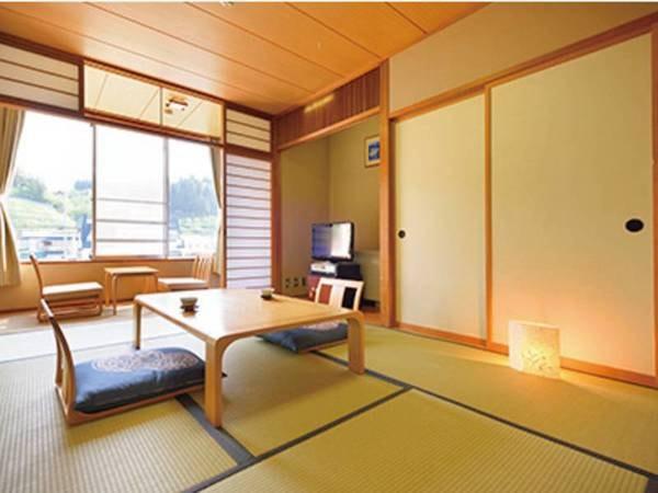 【別館 7.5畳和室(バス無し)/一例】明るく清潔感のあるくつろぎの和室。四方を山に囲まれ、窓の外には四季折々の自然の姿が広がります。