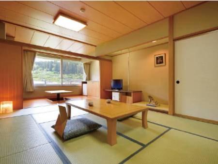 【本館 12畳和室/例】四方を山に囲まれ、窓の外には四季折々の自然の姿が広がる