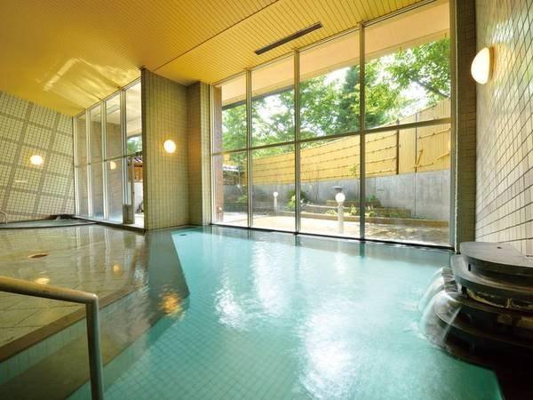 【大浴場】八甲田山麓にある「猿倉温泉]の源泉です。泉質は、さらりとしていて湯触りがやわらか。日々の疲れを優しく癒してくれます。