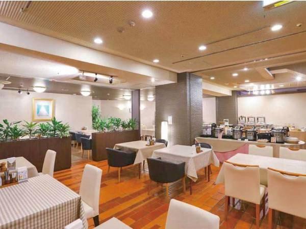 【お食事会場食】明るく広々としたお食事会場。ゆっくりとお食事をお楽しみ下さい。