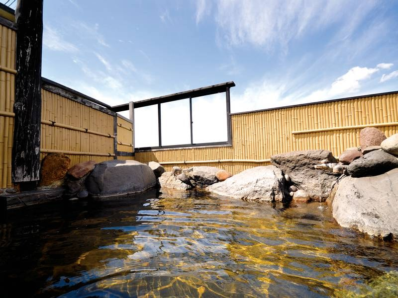 【露天風呂】開放的な湯舟でゆったり