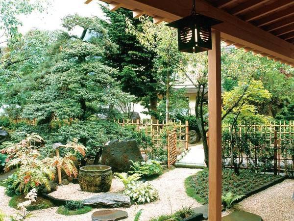 【中庭】四季折々に美しく、落ち着いた風情をお愉しみ頂けます。