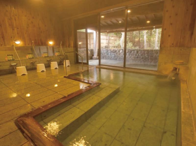 【大浴場】香り豊かな青森ヒバとマイナスイオン効果のある十和田石をふんだんに使用した大浴場。