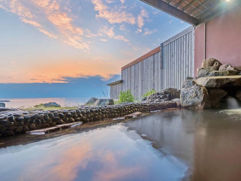 【和風露天風呂】『化石海水温泉』は地層に封入された海水が温泉として湧き出た温泉。日本海の絶景の眺めを楽しみながら露天風呂を湯っくりお楽しみ下さい