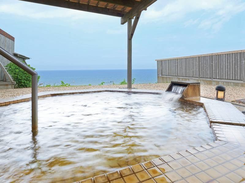 【洋風露天風呂】三十年前に地層に封入された海水が温泉として湧きだした化石海水温泉。絶景の日本海を眺めながら湯浴みをお楽しみください。