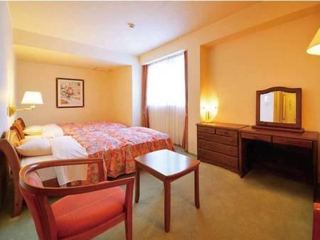 【岩木山側 洋室ツイン/例】名峰岩木山を望む、洋室ツインルーム(バス・トイレ付)です。 プライベートタイムを静かにゆっくりと。ベッドはセミダブルサイズですので、快適にご利用いただけます。