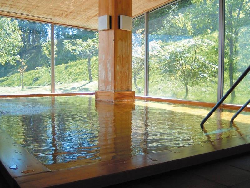 【大浴場】大きな窓から四季折々の景色を望む