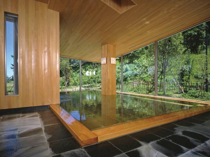【大浴場】四季折々に表情の違う景色を楽しめる大浴場