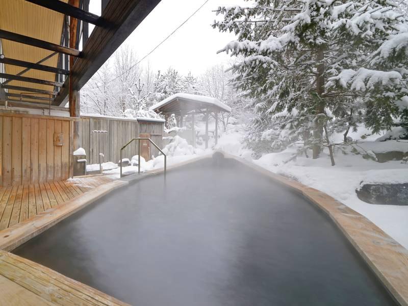 【内湯&舟型露天風呂(冬)】雪見の露天は格別。寒ければ寒いほどに私の心が温泉を求める