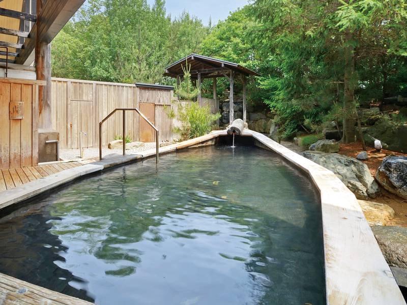 【内湯&舟型露天風呂(夏)】暑い季節の温泉も格別。涼風が心地よい湯浴みの贅