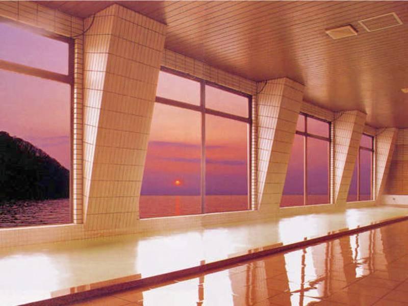 【展望大浴場】ガラス越しに広がる雄大な陸奥湾の絶景を眺める