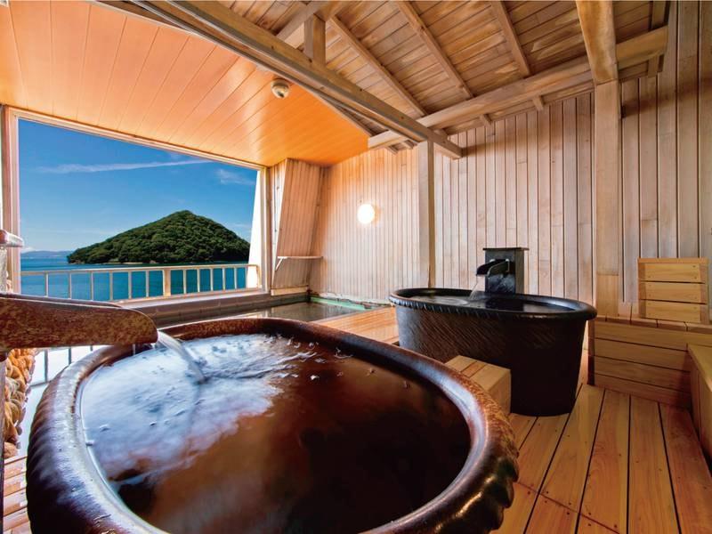 【露天風呂】癒しの湯「眺望風呂」は目前の陸奥湾の潮風と青森ヒバの香りをお一人様用の青森ヒバ浴槽から贅沢に堪能できる絶景宿ならではの温泉です。