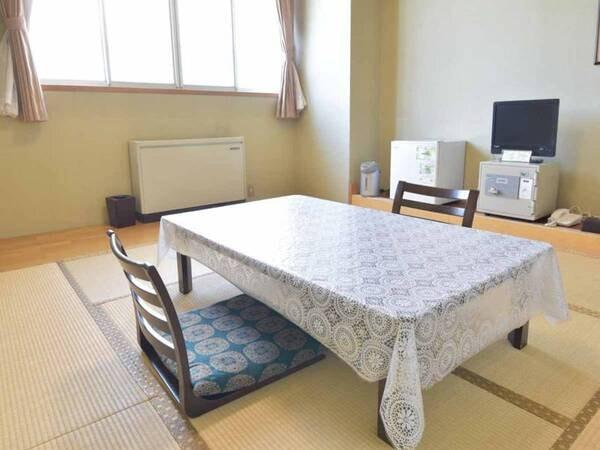 *本館和室8畳一例/気兼ねなく寛げるシンプルな和室