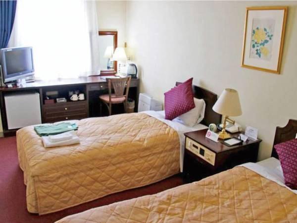 【客室/例]】窓から岩木山を眺望できる洋室ツインへご案内